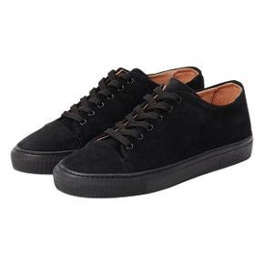 Sælger mine Les Deux sneakers i str 38. De kostede 1000kr for nye. Sælger dem helst til 250kr. De brugt, men eller i fin stand. Det er kun sålen, som er lidt slidt.     Søgeord: Les Deux sneakers Les Deux sko Les Deux tøj Les Deux accessories Les Deux tilbehør Les Deux str 38 Les Deux størrelse 38 Sorte sneakers Sorte sko