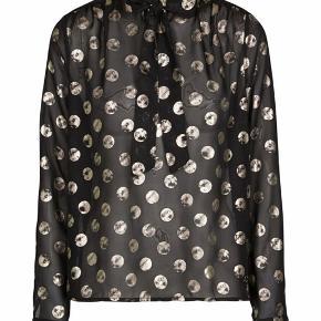 Nümph Barunka bluse med sløjfe. Sort med guld cirkler på.