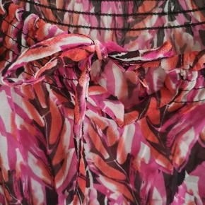 Fin tunika med mange fine farver og bindebånd i hals. Kan måle BM om nødvendigt.