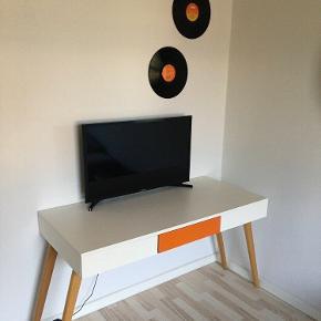 Retro men simpelt skrivebord sælges. Skrivebordet har stadig flot intakt bordplade, men benene rokker en smule. Det har ingen betydning for skrivebordets funktion.☺️