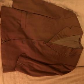 Christian Dior blazer 100% cashmere.  Brugt få gange - der er et meget lille hul foran på jakken, men kan næsten ikke ses. Vintage look.   Åben for bud.