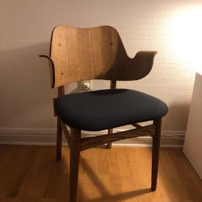 Meget smuk stol fra Warm Nordic.  Den er aldrig taget i brug og står derfor som ny med mærke på.   Nypris: 3499kr Mp: 3000kr  Kan afhentes på Frederiksbjerg i Aarhus eller sendes på købers regning.