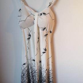 Fin kjole fra thailand. Aldrig brugt Den ene pude i det ene bryst krøller lidt og jeg ved ikke om det er en fejl i kjolen eller om den bare kan rykkes rundt