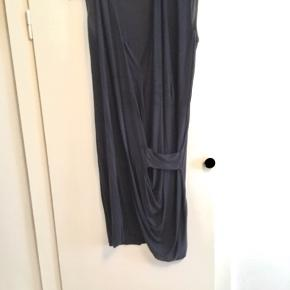 Kjole fra Acne Studios med slids og drappering i stretch bomuld.