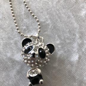 Smuk forsølvet hals kæde med lille Bjørn med en masse sten sort/ små sten  I tilhørende kugle kæde  Ny