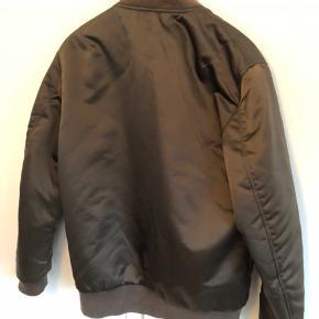 Super lækker jakke Str M / 48 Fået lille rids på den ene ærme Passer en mand på 185 cm og 80 kg  Nypris kr 3000