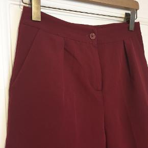 Flotte bukser i lækker farve. Str. M / 44. Fejler intet.