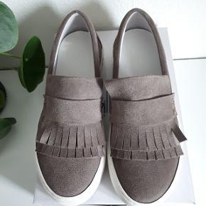 Helt nye sko, str. 40 1/2. Sælges da de er for små til mig.