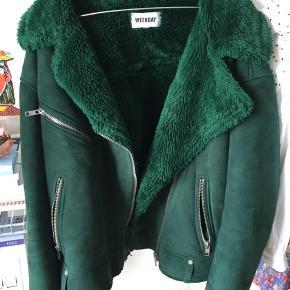 Pæneste grønne vinter jakke fra Weekday. Brugt en del, men fejler ingenting. Str S, men oversize! ✨✨✨
