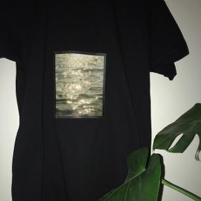❌FÅS OGSÅ I HVID T-SHIRT❌ Sæler disse super fede T-shirt med print  150inkl Skriv for mere info