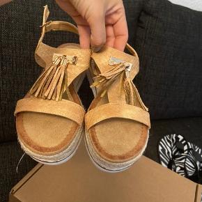 Nye Sandals fra Girlhood I Str 36, men de passer som 37 ogsa Kob online og aldrig brugt . Ny pris 629+ fragt Mp 460 kr, inkl fragt Fast pris