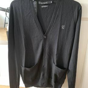 Super fed cardigan i den lækreste kvalitet i 100% merino uld. Den er kun brugt få gange og er helt som ny. Et virkelig godt køb. Jeg har både en i sort og en i mørkegrå. Prisen er per styk.