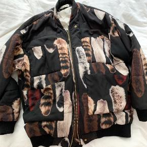Carin Wester bomber jakke i sort med print af vaskebjørnehaler. Str xs men oversize så kan fitte xs-m.