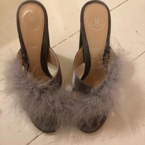 BYD GERNE 🌸 BYTTER IKKE Smukke grå højhælede sandaler med fjer. Sidder super godt på foden og meget behagelige at gå i. Størrelse 37 fra Missguided.  Hælhøjde 11 cm  Aldrig brugt.  Nypris 600 kroner.   SENDER MED DAO 🌸 KØBER BETALER PORTO