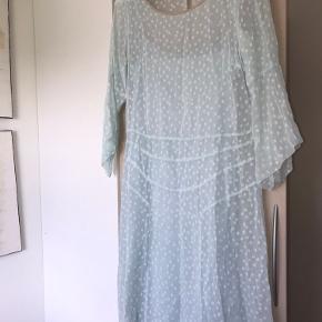 elegant kjole fra Noa Noa der går til under knæene. str. s;))