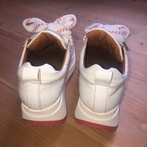ganni sneakers i størrelse 38. har gået med dem cirka 3 gange i alt, men der er kommet lidt snavs på indersiden at begge sko (se billede) meget behagelige at gå i! hælen måler cirka 6 cm☺️ flere billeder i kommentarfeltet.   500kr 💛  #30dayssellout