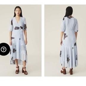 Sælger denne super fine midi-kjole i slå om-model af mønstret mesh med ballonærmer, som går til albuen og har elastik forneden. Aldrig brugt. Nypris 1999kr, - mp 1500kr.