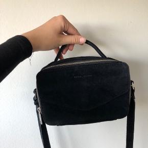 Daniel Silfen taske i ruskind, som kun er brugt 1-2 gange 💛 Nypris var 900