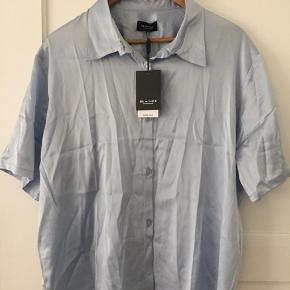 Helt ny, ALDRIG brugt, SILKE skjorte t-shirt fra Sand Copenhagen.  Nypris: 1595 kr  BYD gerne!