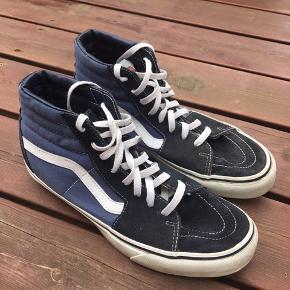 Super flotte Vans Sk8-hi sneakers i blå i str. 9,5 US (42,5 EU). De fremstår næsten som nye. Pris 400 kr. eller andet godt bud!  (Søgeord: skatersko, vans of the wall, sko)