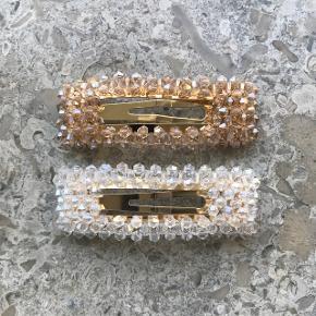 Flotte hårspænder med krystal perler. Farven er hvid eller champagne🍾🕊  Prisen er 35kr pr stk. Porto er 10kr (kan også hentes i Aarhus N).  Spænderne er 7 cm lange og selve spændet er 7 cm.   Perlespænder / hårpynt / hårspænde / hårspænder / suiava / perler / krystal / glimmer / perlespænde