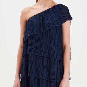 Sælger denne fine kjole, da jeg ikke får den brugt. Jeg har haft den på et par timer, så den er så god som ny :)