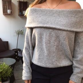 Aldrig brugt! Super fin off-shoulder sweater fra h&m! Størrelse small og virkelig blød i stoffet! Byd