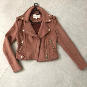 Næsten helt ny jakke ✨ Brugt en enkelt gang, (var en smule for lille alligevel) derfor sælger jeg den.  Passer en xs-s  Ingen brugsspor  Kommer fra ikke ryger hjem. 🌸