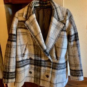 Fin uldfrakke fra Samsøe. Kun brugt få gange. Nypris: 1600 kr.