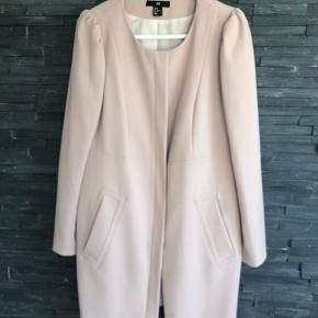 Virkelig smuk frakke. Perfekt til det kommende efterår.  Dejlig smuk rosa farve  Brugt ganske lidt