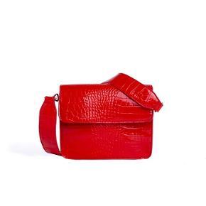 Hvisk Cayman Shiny Strap Bag Rød. Brugt en enkelt sommer, men fejler intet. Ny pris 499 kr - kom med et bud :)