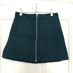 Smuk petroliumsblå nederdel i Faux ruskind. Fra h&m i str. 38, men lille i størrelsen og passes af en 36 (måske endda 34). Aldrig brugt og stadig med prismærke. Byd gerne og tjek mine andre annoncer ud 🌟