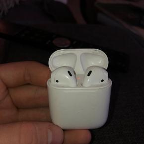 Airpod gen 1 case, med højre airpod (gen1) og Venstre airpod (gen 2) som virker som de skal. Caset har ridser og mærker men fungerer perfekt, og airpodsne har ikke tydelige tegn på brug. Kan sagtens købes hver for sig, så bare BYD:) (Disse virker ikke sammen, derfor sælges de)