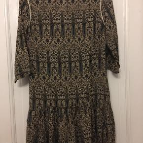 Kjole fra Lollys Laundry Martine Dress med trekvart ærmer og flæsekant. Str xsmall. Længde 91cm, bryst 100. 200kr Kan hentes kbh v eller sendes for 40kr dao