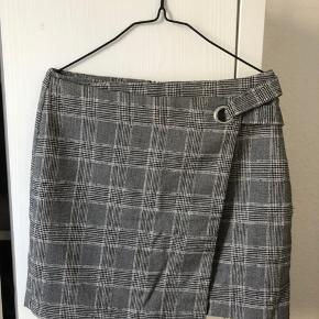 Kort nederdel. Str.40, men passer mere en 38. Brugt få gange.
