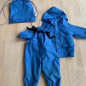Varetype: Regntøj Farve: Blå  Brugt 3-4 gange og fremstår som absolut nyt fraset ekstremt lidt slid på bagdelen.