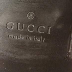 Gucci sko str 6 1/2. De måler 29 cm indvendig. I super fin stand med få små mærker