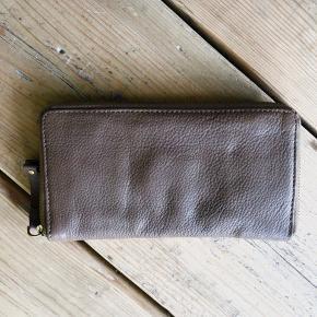 Lækker pung, brugt ganske få gange - lidt mørk beige - BYTTER IKKE;-)