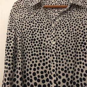Den fineste bløde silkeskjorte Fra Betty Barclay str. 40. natur med marineblå prikker. 100% silke. Længde 100cm.  250kr Kan hentes Kbh V eller sendes for 38kr DAO