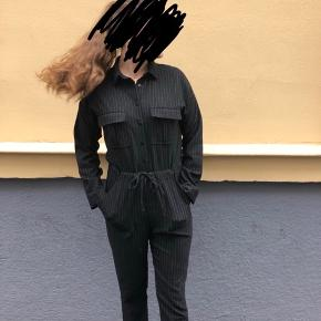 Sælger denne fint buksedragt, da jeg ikke får den brugt mere.  Buksedragten er sort med meget tynde hvide striber!  Den er i god stand, men har lidt fnuller bagpå ❤️  Køber betaler fragt!