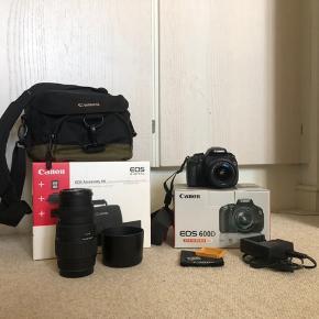 SALGET INDEHOLDET: (inkl. kasserne)  • Canon eos 600D kamera med flipskærm  • Oplader, overførelseskabel, batteri & cap til batteriet   • Canon eos Accessory kit: 8gb hukommelseskort, kamerataske & pudseklud  • Ekstern linse fra Sigma med cap (70-300mm)  OBS. cap til Canon kameralinsen er blevet væk og medfølger derfor ikke (cap fra Sigma linsen kan også bruges på Canon linsen)  • Ingen tydelige tegn på slid, andet end få ridser her og der  • Fået i gave til konfirmation i 2013  • Skriv for yderligere spørgsmål   • Mødes/hentes eller køber betaler fragt✨
