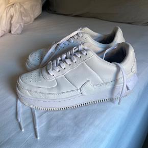 Nike Air Force 1 Jester. Skoene har 2 brugsskader som vist på billede 2 + 3, derfor den lave pris. Ellers fejler skoene ingenting. Jeg er åben for bud.