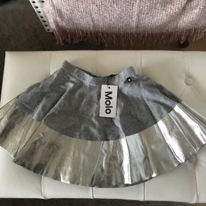 Molo nederdel - ikke brugt, der er stadig prismærke på.  Str. Hedder 110-116.   Førpris 499kr   Nypris 250kr
