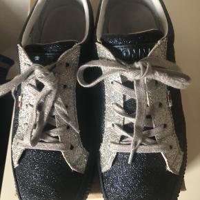 Fine sneakers, meget lidt brugt, desværre købt for store.... Indvendig mål 25 cm 👍🏼