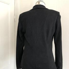 Varetype: Blazer Farve: Sort  Fin blazer med stretch.