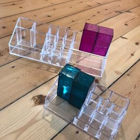 Nomess makeup-bokse i akryl. Kan bruges til opbevaring af makeup eller smykker. Sælger det hele samlet for 250 kr. Skriv og hør, hvis der kun er noget af det, som du er interesseret i.