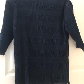 Rigtig fin t-shirt fra Ganni, med rigtig fin detalje i stoffet. Det er en XL men en L og måske også en m (kommer an på hvor stram man gerne vil have den). Kom gerne med bud.