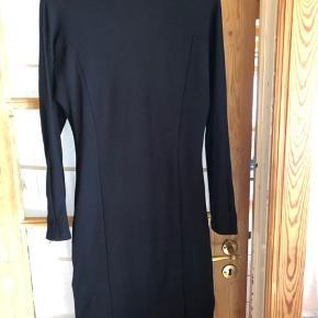 Super fin kjole fra Stine Goya, i str. s- sort.  Kjolen er brugt 2 gange og fremstår rigtig flot.