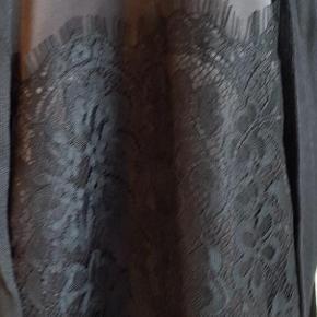 Brand: Rinascimento Varetype: kjole Farve: Sort Oprindelig købspris: 799 kr. Prisen angivet er inklusiv forsendelse.  Smuk og elegant kjole i sort strik med sløjfe ved udskæring og blonder i hals åbning, sort underkjole afsluttet med blonder nederst, stof af høj kvalitet - skiller sig ud med sit unikke og elegante design, typisk Italiensk.  Rinascimento - Italiensk design og kvalitet, producerer mange forskellige designs i mindre mængder for at give den moderne kvinde et unikt udseende og klæde sig elegant til enhver situation.