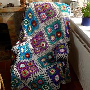 Varetype: hæklet tæppe Størrelse: 155 x 155 cm Farve: lys grå + multi  Tæppe hæklet i blødt bomuld - 155 x 155 cm.    Fra absolut røgfrit hjem.